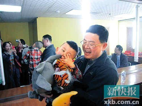 """""""鹰爸""""与儿子多多接受记者采访,都显得很活泼。"""