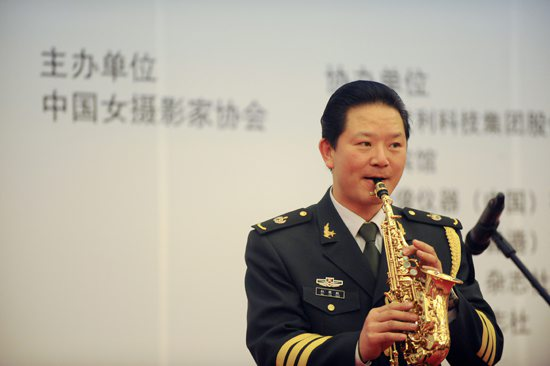 解放军乐团著名演奏家杜银娇表演:萨克斯独奏《回家》和《菊花台图片