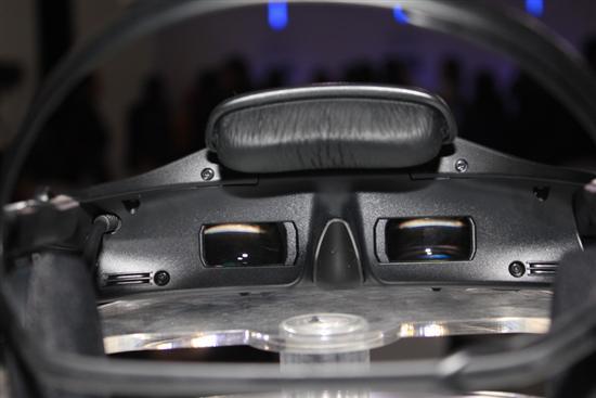 看HMZ-T1内部并不是一般人想象的那样直接放置了两片OLED屏幕,而是两套封闭且独立的光学目镜组。
