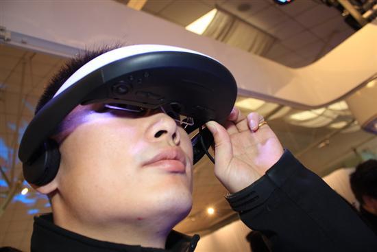 对戴近视眼镜的观众来说佩戴HMZ-T1也不是什么难题,个人感觉甚至比佩戴某些3D眼镜时的压迫感还要小。
