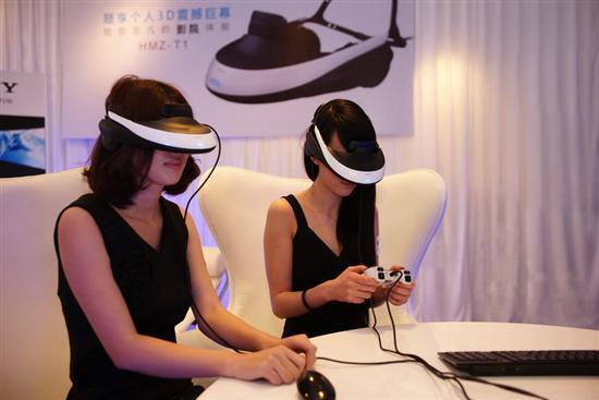 最后来看看现场的模特MM是怎么尽情享受这套3D娱乐大餐的啊。