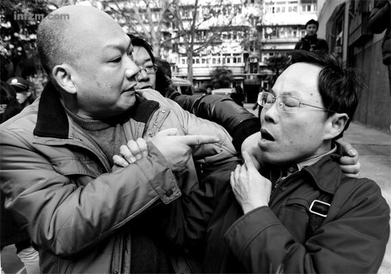 瘦小的代理人张显(右)遇上高大的代理人马延明(左),立马失去了往日的风采。 (赵晨/CFP/图)