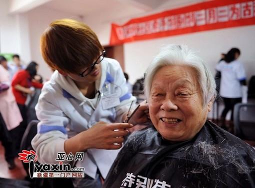 乌鲁木齐多个社区请理发师为老人免费理发; 二月二龙抬头 新疆图片