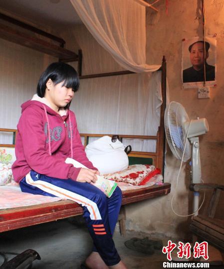 图为性格内向的冼晓玲军训陌生人躲在房中低声看到不敢出来着.什么吃抽泣初中图片