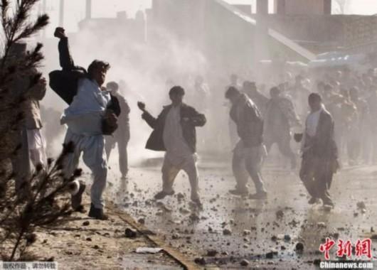 深圳 阿富汗/当地时间2月22日,阿富汗民众针对驻阿美军士兵焚烧古兰经的...