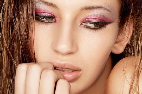 桃粉色眼影,闪亮颗粒光泽看起来非常狐媚