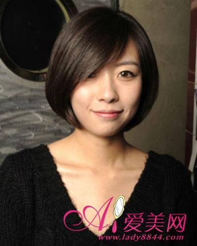 短发直发呈现最知性的女人魅力,侧分的秀发挡住了一边的脸蛋,小脸图片