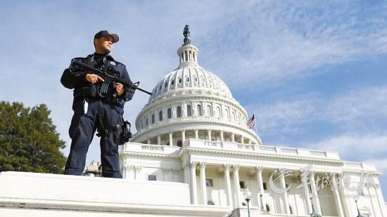 2月17日,一名警察在美国首都华盛顿国会大厦前站岗警戒