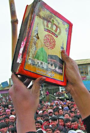 美军 士兵/这本古兰经据称就是被美军士兵焚烧过的经书之一。