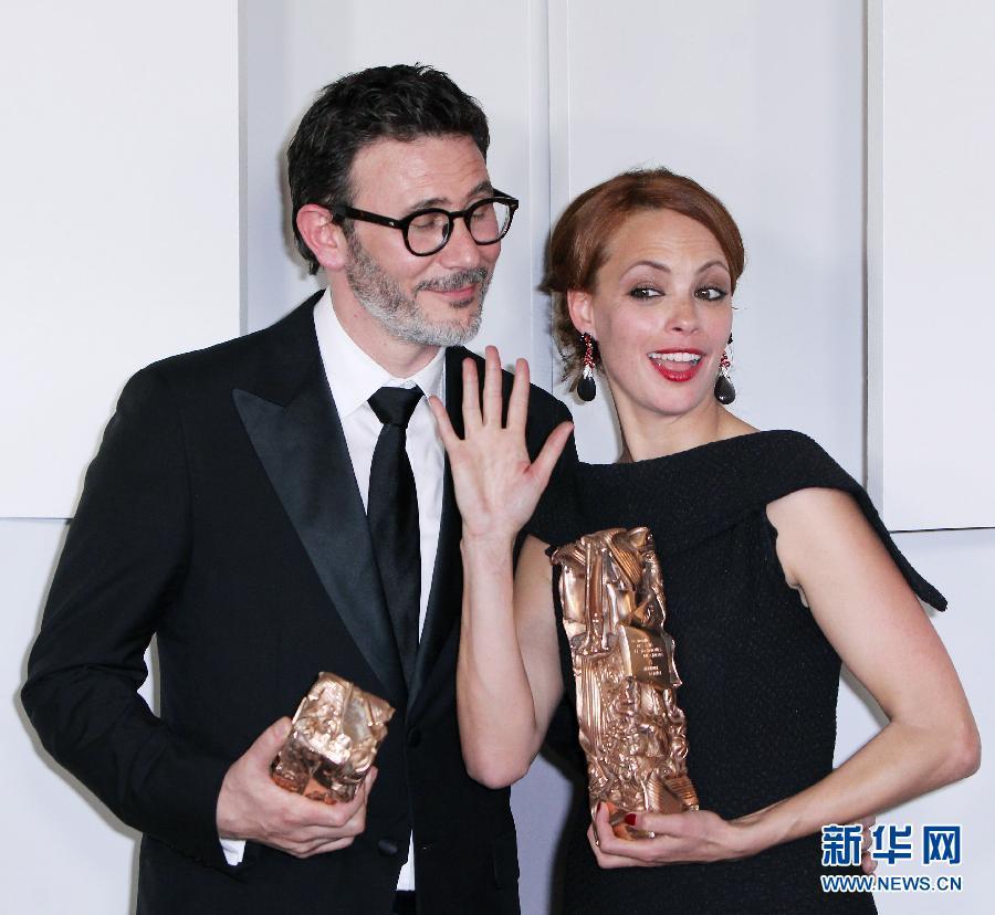 凯撒/2月24日,电影《艺术家》的导演米歇尔·哈扎纳维西乌斯(左)和...