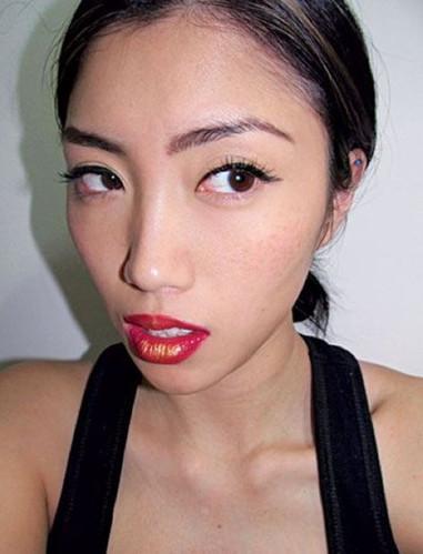 光泽/第二十天一个硬朗的大红唇:尝试在您最喜爱的唇色中心,突出...