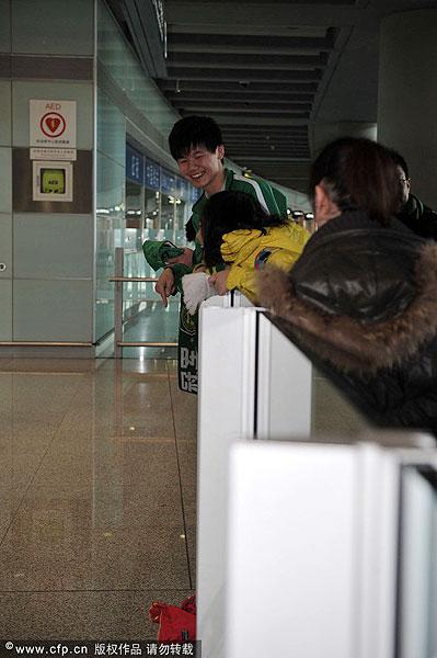 几位国安球迷将广州恒大球衣仍在地上