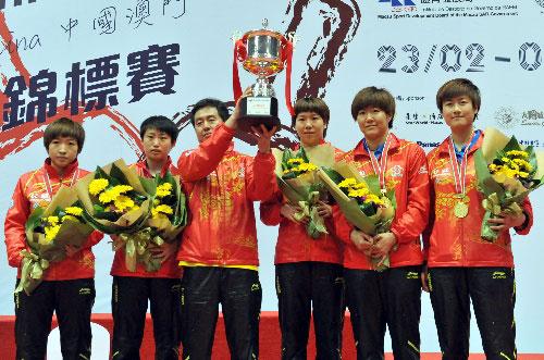 中国女队捧杯