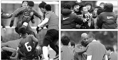 上海的申花和申鑫两队在教学赛中进行大规模斗殴。申花一名球员踩踏倒地者(左图),守门员王大雷卡住一名申鑫球员的脖子(右上图),外援阿内尔卡则在劝架(右下图)。图/Osports
