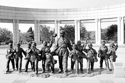 雷锋 中国社会科学院/抚顺雷锋纪念馆前的雷锋雕像资料照片