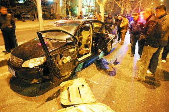 乘客醉酒欲呕吐 司机下车帮忙被撞飞身亡图