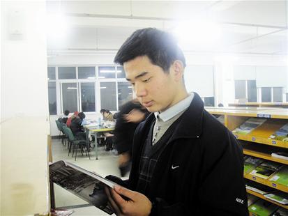 楚天都市报讯 图为:周海洋在图书馆学习图片