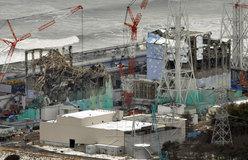 2月26日下午,记者乘坐直升机对第一核电站及其周边地区进行考察。图为当天航拍的3号(左)及4号机组。(共同社)