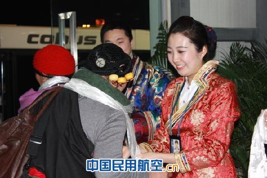 张凌/国航西南分公司地服部员工为藏族同胞敬献哈达。摄影:张凌