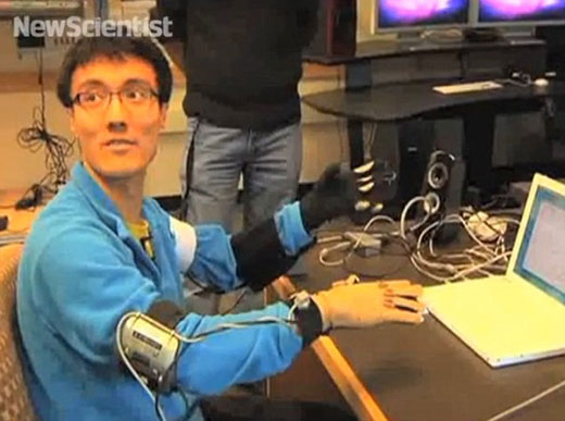 发明者西德尼•菲尔斯展示如何操作3D交互手套