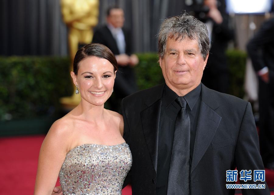 2月26日,在美国洛杉矶好莱坞,最佳艺术指导提名、电影《艺术家》艺术指导罗伯特·古尔德(右)亮相红地毯。第84届奥斯卡颁奖典礼当天在此举行。 新华社记者杨磊摄