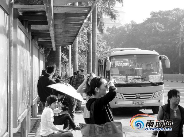 在五公祠公交车站拉客的大致坡中巴车
