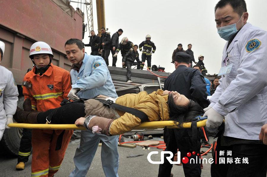 2012年02月25日,四川省成都市,车祸现场,消防人员紧急救援.