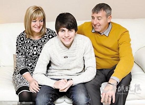 本森中出院后与父母在一起