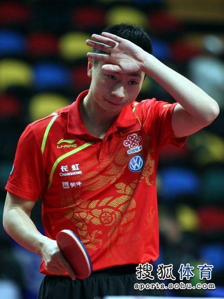 图文:乒乓球亚锦赛马龙告捷 马龙擦拭汗水
