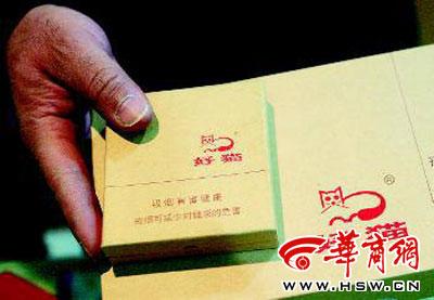 昨日,西安一家烟酒专卖店,店主拿出的好猫香烟售价500元一盒 实习记者王乐摄