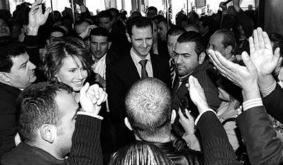 阿萨德出现在投票站,受到支持者拥戴