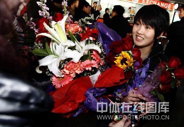 陈若琳手捧鲜花