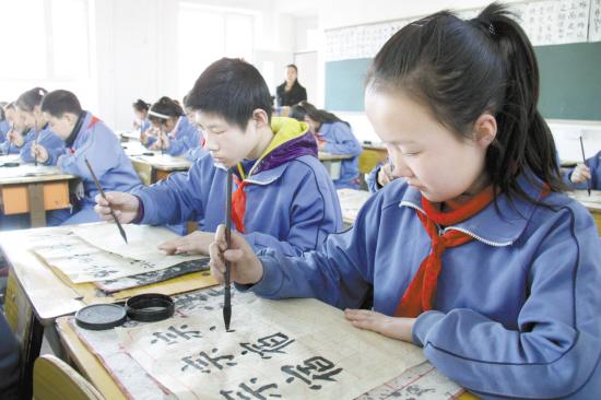 """包头市 书法/在四周挂满书法作品的专门书法教室里,黑板上贴着""""宗、宿""""..."""