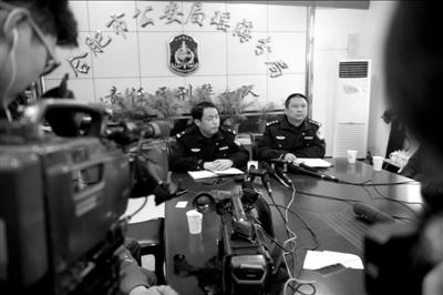 应多家媒体要求,合肥市公安局瑶海分局开了一个短暂的发布会。本报记者朱嘉磊摄