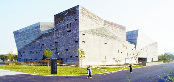 王澍设计的苏州大学文正学院图书馆 .