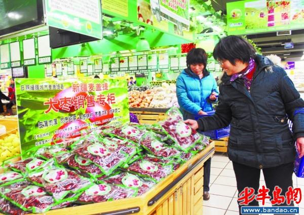 2月28日,凌云超市设立了专门的新疆麦盖提县大枣销售专柜。当天早晨,麦盖提大枣一上架,就吸引了众多顾客前来采购,一会儿就售出了100多袋 。