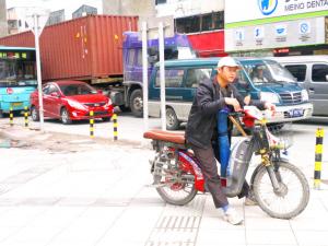 原特区外随处可以见到等着拉客的电单车。深圳晚报记者 易红梅 摄