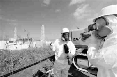 日本大地震一周年前夕,福岛核电站第三次向外国记者开放。图为2月28日一名电视记者测量福岛核电站的辐射量
