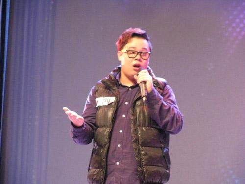 喜欢lady gaga与beyonce的搞怪同学陈镇宇演唱《Double trouble》,可爱胖子的动感活力表演使得观众目不转睛,感染力十足。