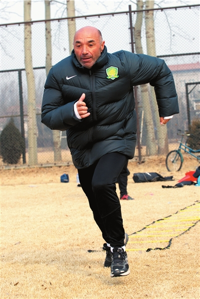 昨天的训练,国安主教练帕切科以身作则不惜力。 图/CFP