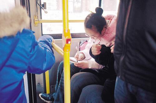 在221路公交车上,一名小学生正赶写作业v年级六年级小学句子图片