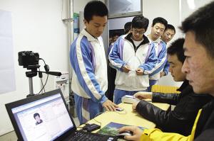考生正在核对信息。随着高考新政实施山东非户籍考生将可就地高考(资料片) 记者 郑涛 摄