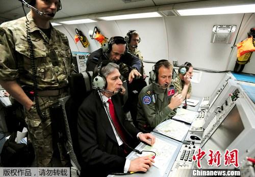 2012年2月29日消息,英国沃丁顿皇家空军基地,英国国防大臣哈蒙德视察奥运安保演习。