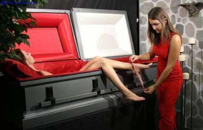 恐怖 尸体/你看过给尸体穿衣服吗?这是一位女子为美丽女尸换衣全过程,好...