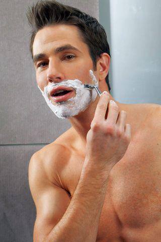 不要在洗澡前剃须