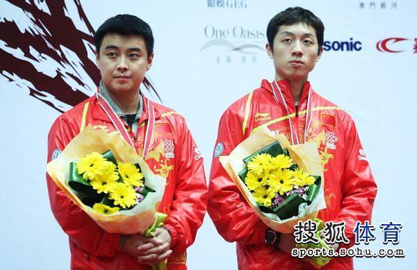 图文:亚锦赛男单颁奖仪式 表情严肃