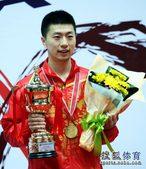 图文:亚锦赛男单颁奖仪式 马龙微笑致意