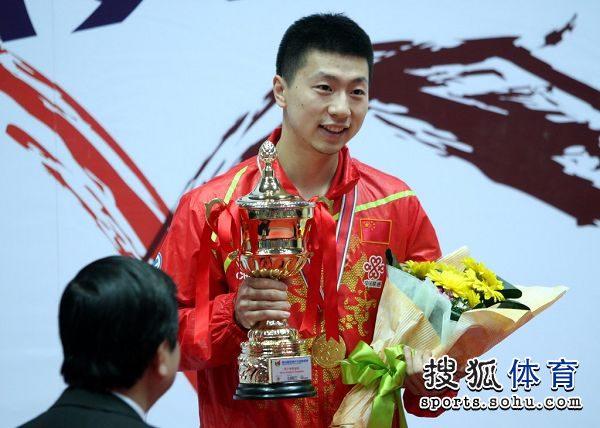 图文:亚锦赛男单颁奖仪式 马龙手捧奖杯