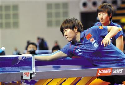 昨晚,郭焱(前)与丁宁合作拿下女双冠军。至此,郭焱成为亚锦赛史上第三个包揽四冠的选手。 新华社发