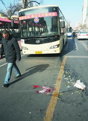 中年女子在过马路时不慎被一辆公交车撞倒,被送往医院后抢救无效死亡.